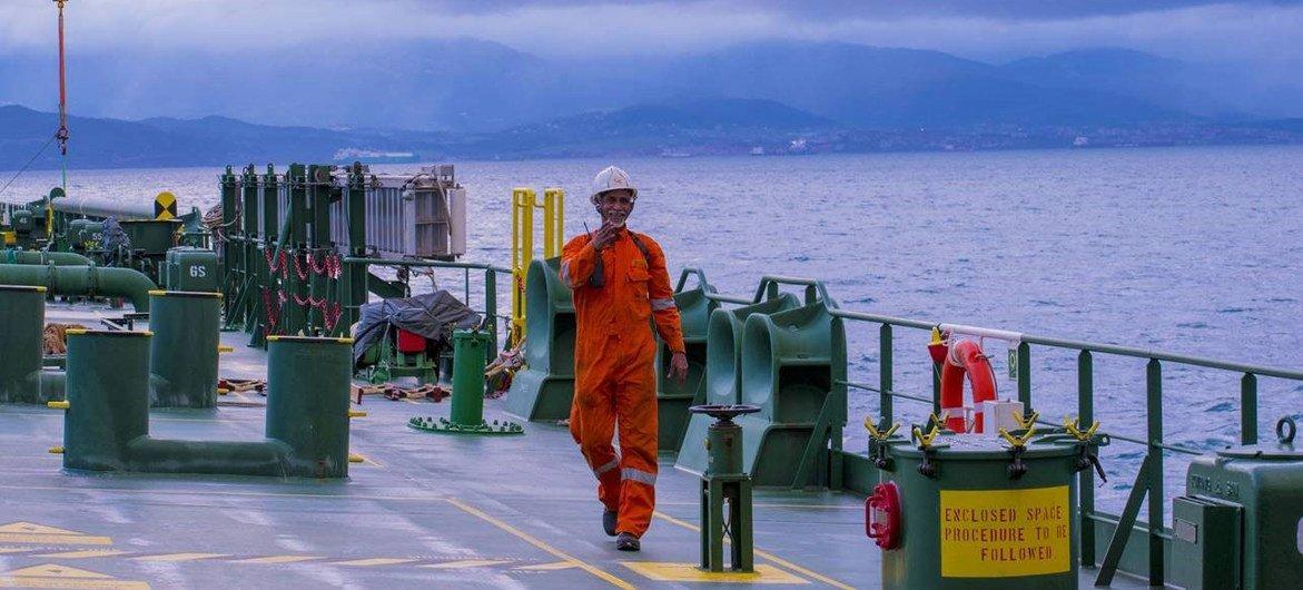Les marins sont en première ligne de la pandémie de COVID-19, jouant un rôle essentiel dans le maintien de la circulation des biens essentiels, tels que la nourriture et les fournitures médicales.