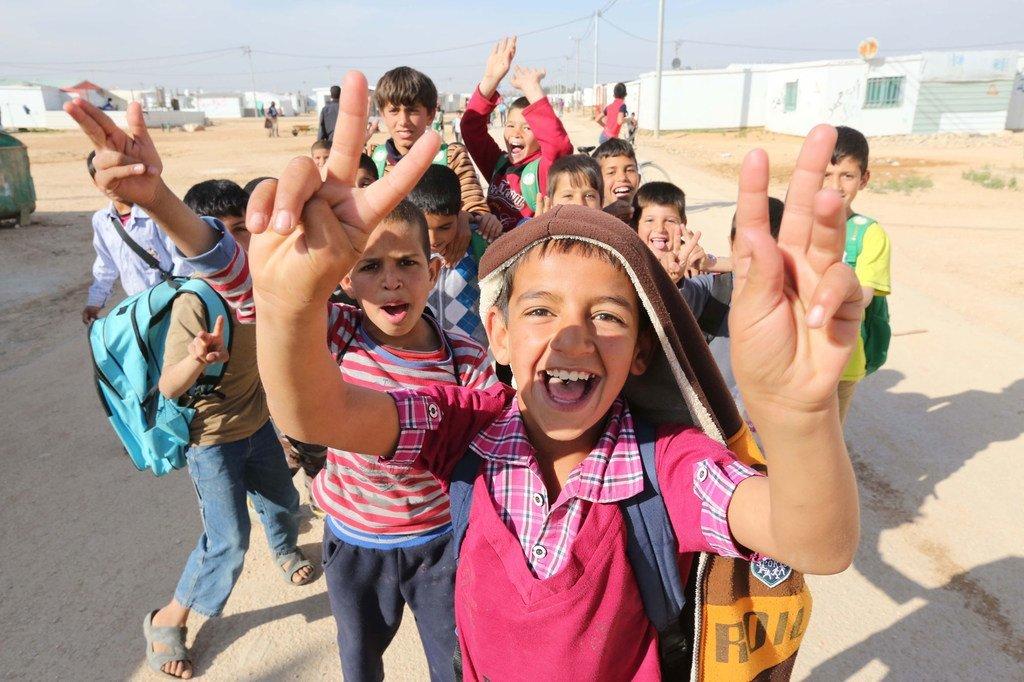 Watoto wakimbizi katika kambi za Zaatari nchini Jordan wakionyesha ishara ya amani