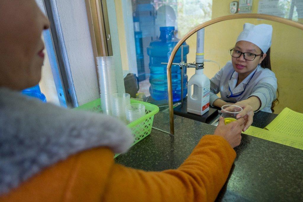 تعطي ممرضة مادة الميثادون لمدمن سابق على الهيروين في فييت نام.
