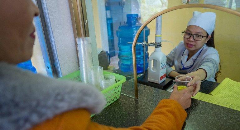 Una enfermera entrega metadona a un adicto a la heroína en Vietnam.