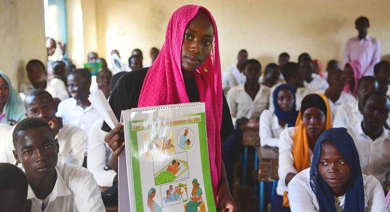شابة متطوعة تقدم النصيحة للطلاب حول الصحة الجنسية والإنجابية في مدرسة ثانوية في تشاد.