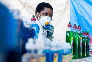 Martha Maocha dirige une entreprise de fabrication de détergents mais a récemment commencé à fabriquer un gel désinfectant pour les mains qui protège contre la Covid-19