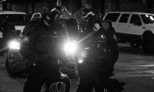 """警察与美国俄勒冈州波特兰市""""黑人的生命也是命""""抗议活动中与示威者对峙。"""