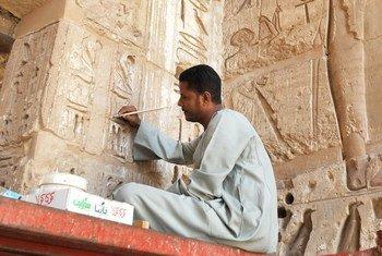 埃及开罗的工作人员正在修复古迹。