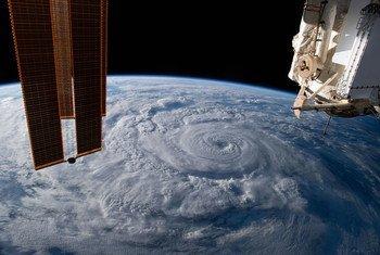 Vista satelital desde la Estación Espacial Internacional de un huracán.