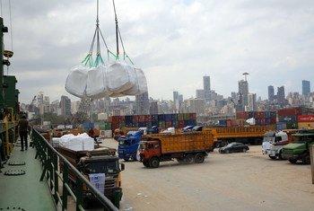 Carregamento de ajuda alimentar do PMA sendo descarregado no Porto de Beirute