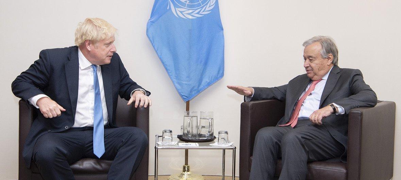 यूएन प्रमुख एंतोनियो गुटेरेश (दाएँ) और ब्रिटेन के प्रधानमन्त्री बोरिस जॉनसन (फ़ाइल फ़ोटो)