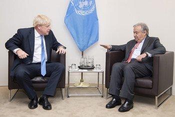 UN Secretary-General António Guterres (r) with UK Prime Minister Boris Johnson (file)