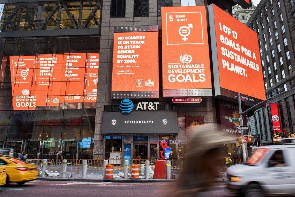 Des panneaux publicitaires présentant les Objectifs de développement durable (ODD) à Times Square, à New York. (19 septembre 2019)