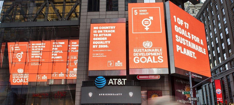 美国纽约时代广场呼吁性别平等的广告牌。