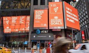 لوحات إعلانية تعرض أهداف التنمية المستدامة في ميدان تايمز سكوير، مدينة نيويورك. (19 أيلول / سبتمبر 2019).