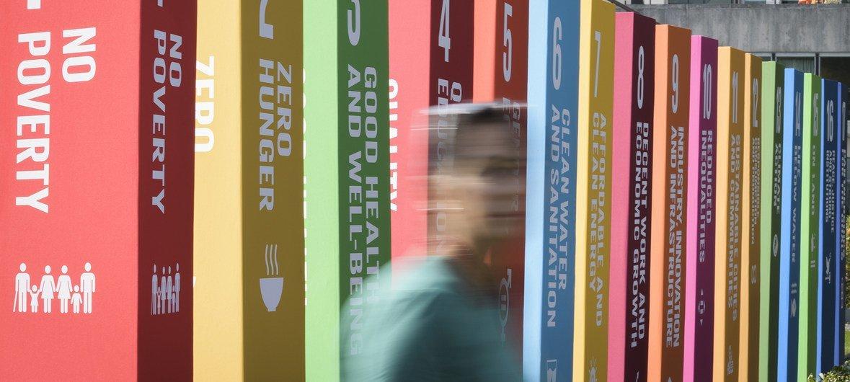 Au siège des Nations Unies à New York, des panneaux arborent les 17 objectifs de développement durable (ODD)