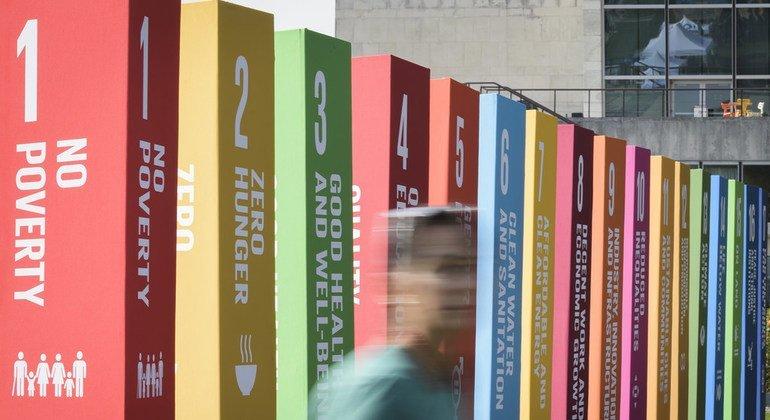 Expositores promocionales que ilustran los 17 Objetivos de Desarrollo Sostenible en la Sede de las Naciones Unidas en Nueva York.