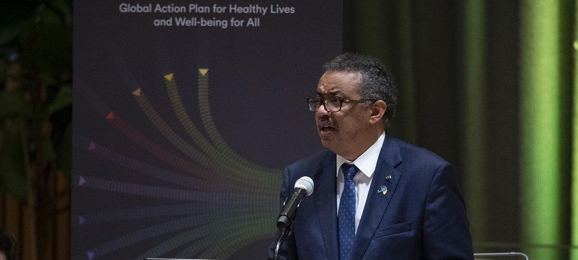 """المدير العام لمنظمة الصحة العالمية، تيدروس أدهانوم غبريسيس، يتحدث في اجتماع في مقر الأمم المتحدة لإطلاق """"سباق التغطية الصحية الشاملة"""""""
