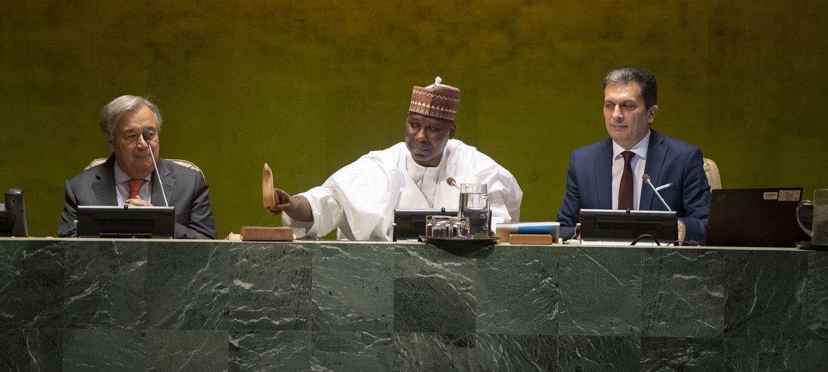 El presidente del 74º período de sesiones de la Asamblea General de las Naciones Unidas,Tijjani Muhammad-Bande (centro), durante la sesión de apertura del 74º período de sesiones.