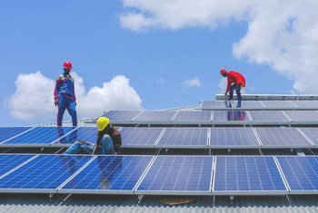 作为联合国开发计划署牵头的绿色翻新项目的一部分,技术人员在南苏丹拉贾夫的一所警察学院安装太阳能电池板。(2018年8月21日)