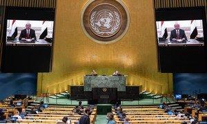 الرئيس اليمني عبد ربه منصور هادي منصور (على الشاشة) يخاطب الجمعية العامة - الدورة الخامسة والسبعين للجمعية العامة.