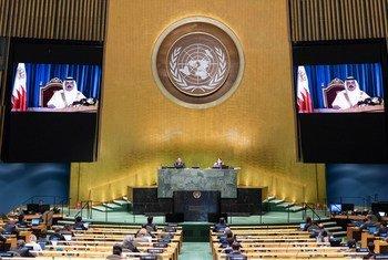 الملك حمد بن عيسى آل خليفة، ملك مملكة البحرين، (عىلى الشاشة) يخاطب الجمعية العامة