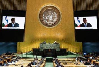 Faustin Archange Touadéra (sur l'écran), Président la République centrafricaine, prend part au débat général de la 75ème session de l'Assemblée générale.