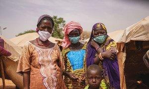 في النيجر، تصاعدت الهجمات على المدنيين من قبل مجموعات غير حكومية وعمليات عسكرية، وقد أثرت الجائحة والإغلاقات على المجتمعات الأكثر ضعفا.