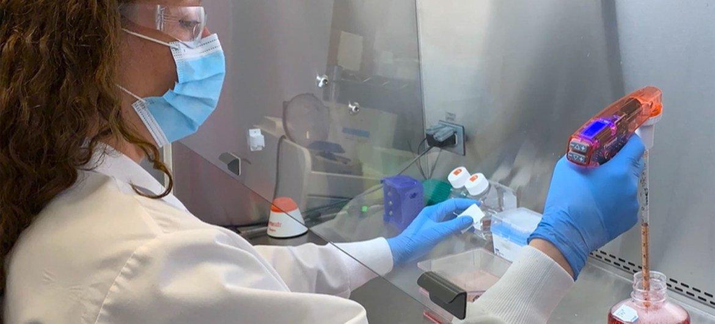 Un técnico lleva a cabo un experimento en un laboratorio de Regeneron.