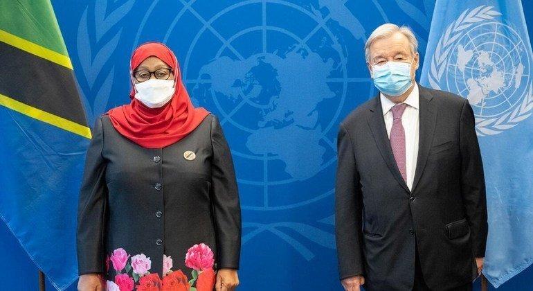 Katibu Mkuu wa Umoja wa Mataifa Antonio Guterres (kushoto) na Rais Samia Suluhu Hassan wa Tanzania baada ya mazungumzo jijini New York, Marekani.mwezi Septemba 2021 (Maktaba)