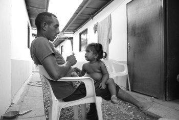 Juan Gabriel Ospina Frías, ex miembro de las FARC-EP, con su hija.