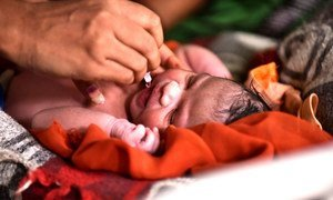 Un bébé se fait vacciner contre la polio au village de Maliwada en Inde