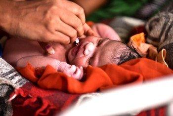 भारत में नवजात बच्ची को टीका लगाया जा रहा है.