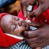 Mhudumu wa afya aktioa chanjo ya polio kwa mtoto Kaloko, Ndola, Zambia.