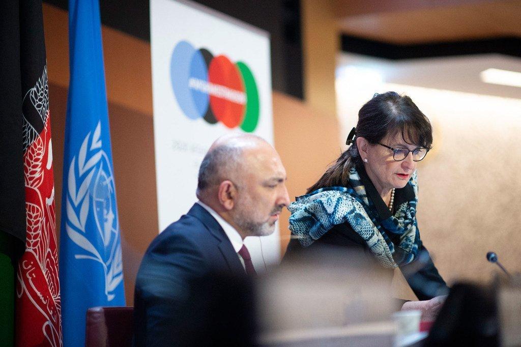 Mohammad Haneef Atmar (à gauche), le ministre afghan des Affaires étrangères, avec Deborah Lyons, Représentante spéciale du Secrétaire général de l'ONU pour l'Afghanistan, à l'ONU à Genève.