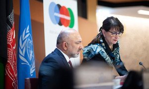 Mohammad Haneer Atmar, ministro de Asuntos Exteriores de Afganistán, y Deborah Lyons, representante especial de la ONU para Afganistán
