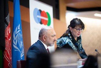 السيد محمد حنيف أتمار (إلى اليسار)، وزير خارجية أفغانستان والسيدة ديبورا ليونز، الممثلة الخاصة للأمين العام للأمم المتحدة لأفغانستان، في مقر الأمم المتحدة في جنيف.