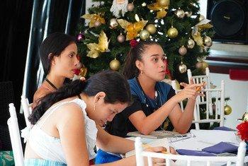 Inés Roncancio (tercera de izquierda a derecha) trabaja en equipo con otras jóvenes estudiantes durante un taller de YO PUEDO, una escuela de formación política respaldada por ONU Mujeres en Vista Hermosa, Colombia.
