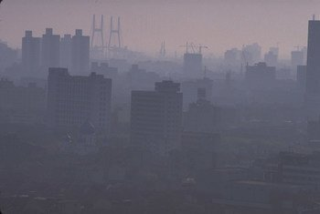 La contaminación sobre los cielos de la ciudad china de Shanghai oculta el atardecer.