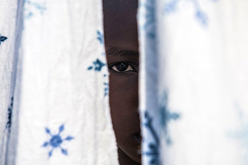 在联合国儿童基金会支持的刚果民主共和国(DRC)的中转和情况介绍中心,一名12岁的前儿童兵与叔叔团聚。