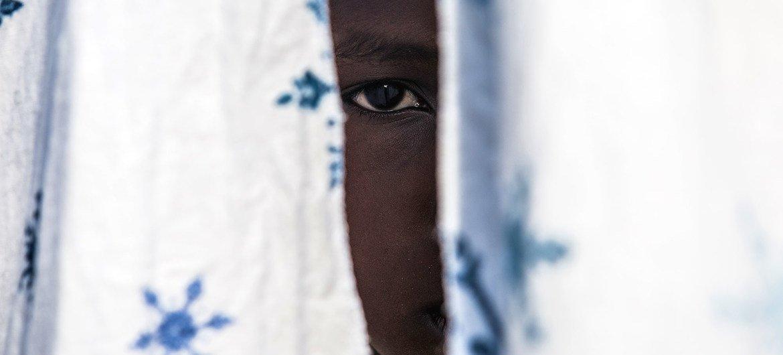 Los conflictos se han hecho más complejos con la participación de muchos grupos armados no estatales. En la imagen, un niño de 12 años, antiguo combatiente, ha regresado a la casa de su tío con el apoyo de UNICEF en la República Democrática del Congo.