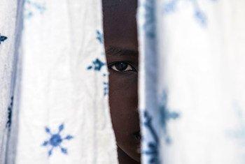 Les conflits sont devenus plus complexes, alimentés par la prolifération de groupes armés non étatiques. Sur cette photo, un ancien enfant soldat de 12 ans a retrouvé un oncle avec le soutien de l'UNICEF en RDC