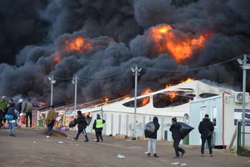 बोसनिया हर्ज़ेगोविना में लीपा आपदा शिविर में आग लगने से भीषण तबाही का दृश्य. इस शिविर में लगभग 1400 प्रवासी रह रहे थे.