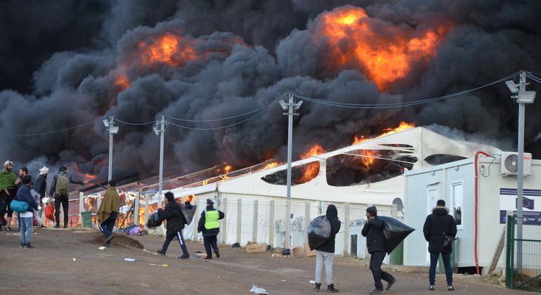 النيران تشتعل في مخيم ليبا المؤقت للمهاجرين في البوسنة والهرسك الذي يضم 1,400 مهاجر.