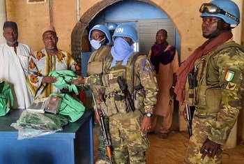 حفظة السلام من الوحدة الإيفوارية التابعة لبعثة الأمم المتحدة المتكاملة المتعددة الأبعاد لتحقيق الاستقرار في مالي (مينوسما) مع السكان المحليين في مالي.