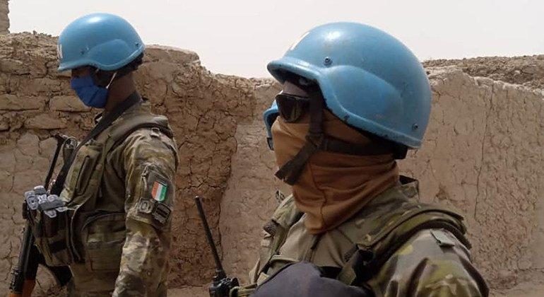 جنود حفظ سلام من الوحدة الإيفوارية في بعثة الأمم المتحدة المتكاملة متعددة الأبعاد لتحقيق الاستقرار في مالي (مينوسما)، يقومون بدوريات في المنطقة.