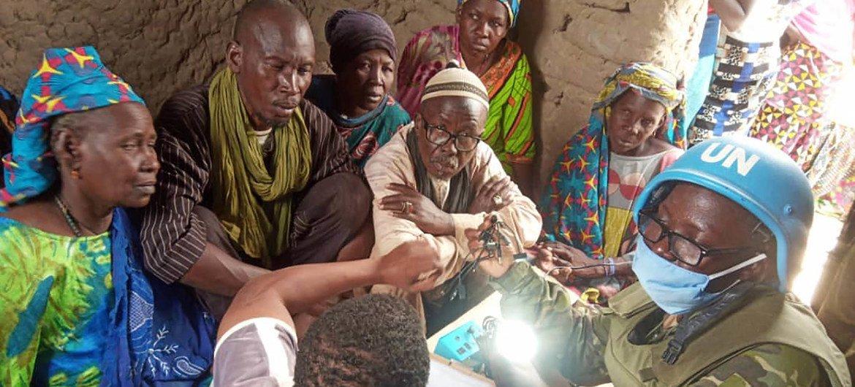 Un casque bleu ivoirien de la MINUSMA rencontre la population locale dans la région de Tombouctou au Mali