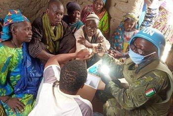Un casque bleu ivorien de la MINUSMA rencontre la population locale dans la région de Tombouctou au Mali