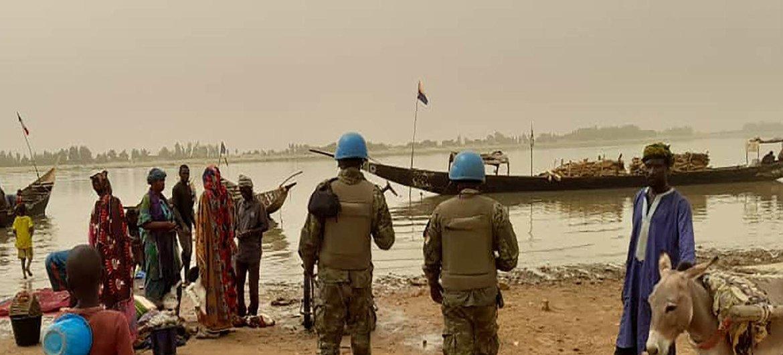 Des casques bleus du contingent ivoirien de la MINUSMA, la mission des Nations Unies au Mali, en patrouille dans des villages.