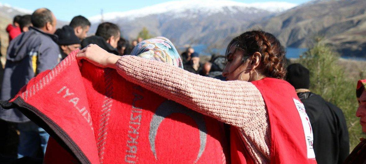 O Crescente Vermelho Turco presta assistência às pessoas afetadas pelo terremoto que atingiu a Turquia.