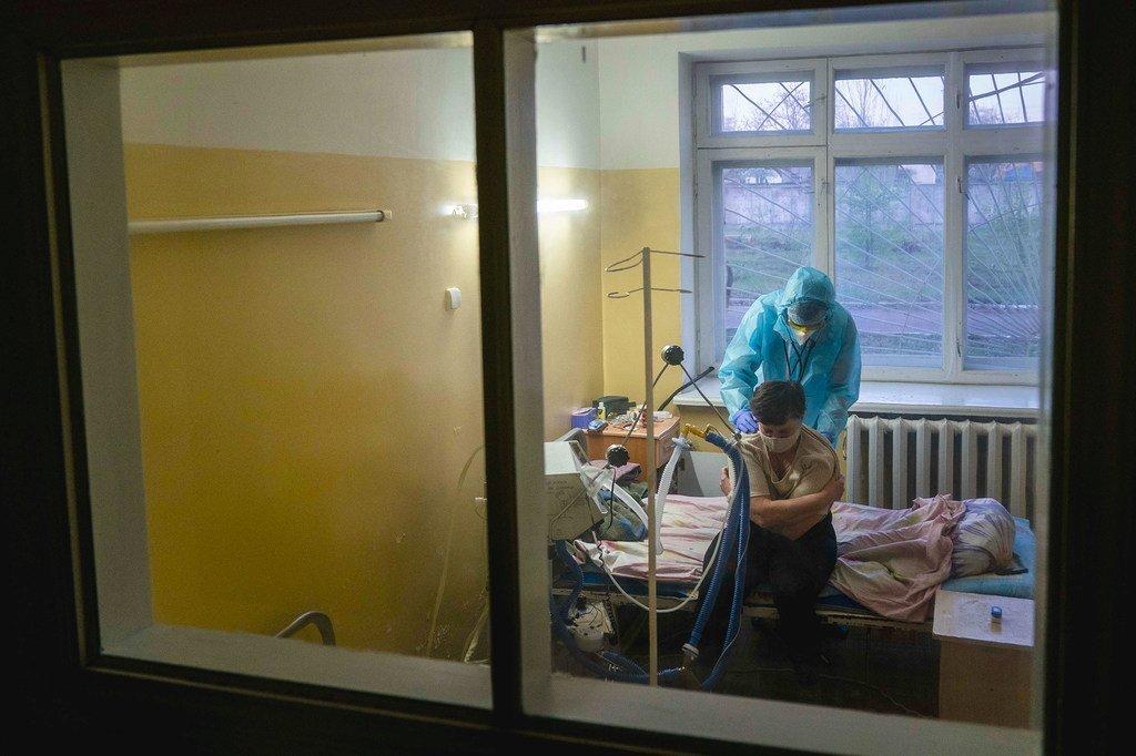 Un médecin examine un patient atteint de la Covid-19 à Chernivtsi, en Ukraine.