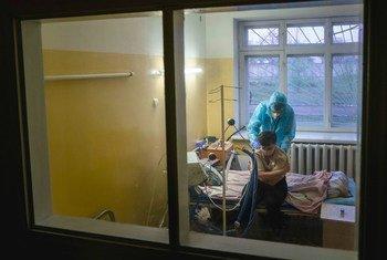 طبيب يفحص أحد المرضى بكوفيد-19 في أوكرانيا