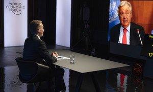 Le Secrétaire général de l'ONU António Guterres (à l'écran) s'adresse à la réunion annuelle du Forum économique mondial à Davos-Klosters, en Suisse.