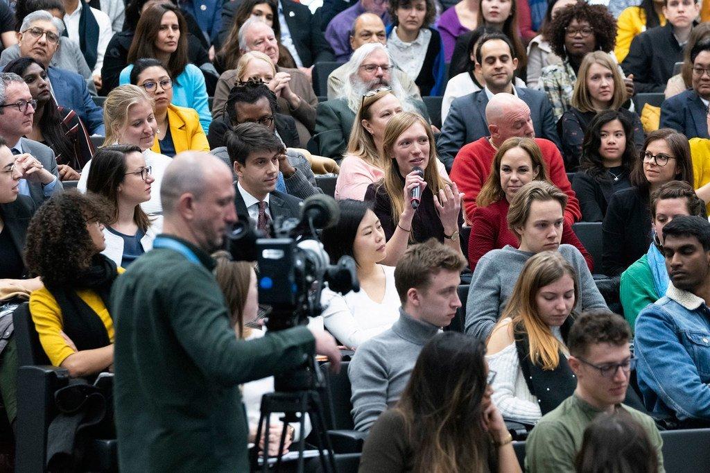 Des jeunes posent des questions au Secrétaire général de l'ONU António Guterres lors d'une conversation à Genève.